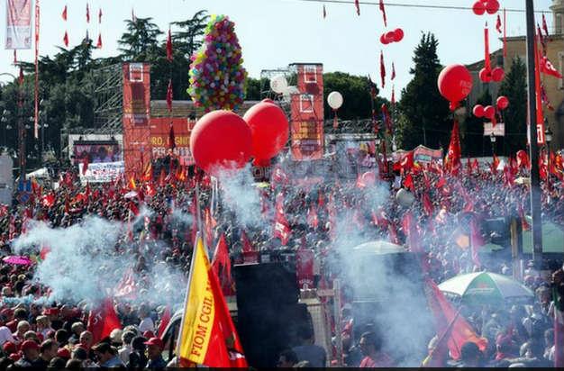 Miles marchan en Roma contra la reforma laboral de Matteo Renzi