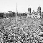 """""""Justicia para Ayotzinapa"""", claman durante asamblea de AMLO"""