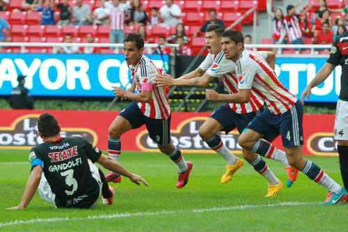 Chivas rescata el empate con gol de último minuto y visitará al América