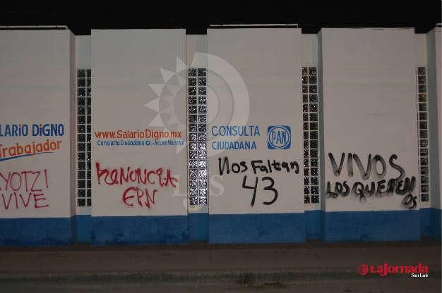Aparecen pintas pro Ayotzinapa en sedes de partidos políticos