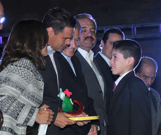 Entregan Premio Estatal de la Juventud 2014