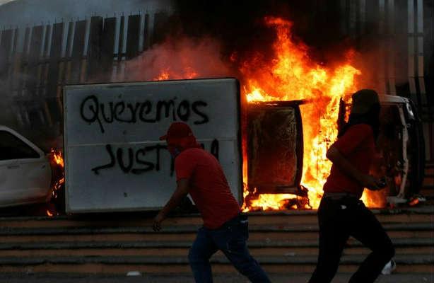 Apedrean Palacio de Gobierno y queman 20 vehículos en Chilpancingo
