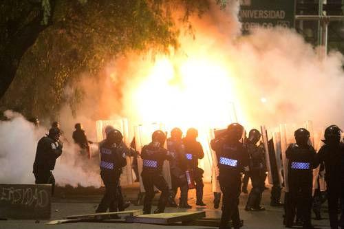 En CU, dos heridos, un auto quemado y gresca con granaderos