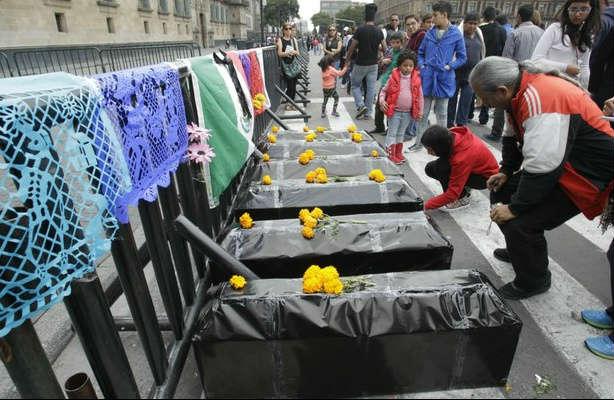 Marchan artistas por Ayotzinapa