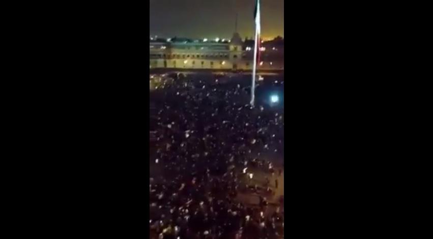 Vista (poca calidad) desde una terraza, de la represión en el Zócalo
