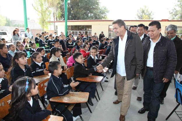 Entrega Toranzo escrituras y obras educativas en el Altiplano