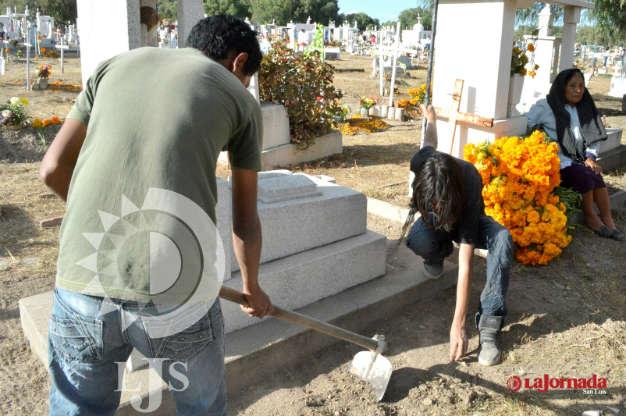 Días de nostalgia por los que se quedan en los cementerios