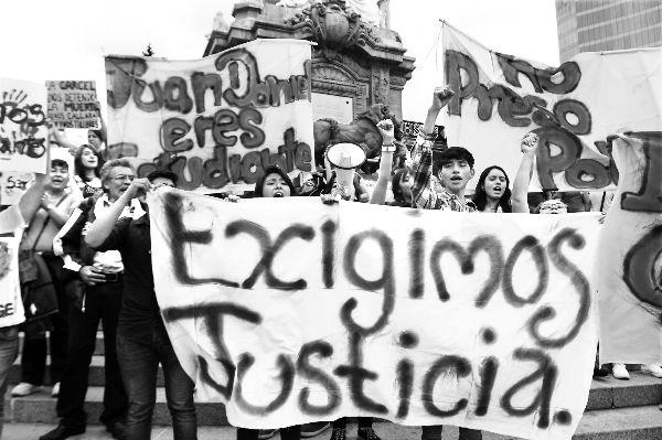 Senadores de EU piden apoyar a México para hallar a normalistas