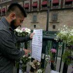 Fotos, textos y flores ante Palacio Nacional para recordar a los 43 de Ayotzinapa
