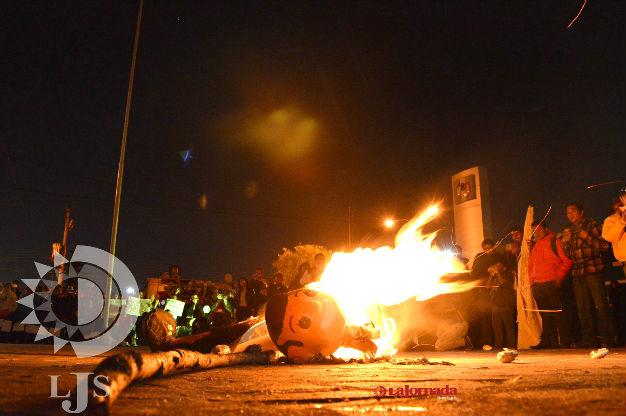 Queman figura de Peña Nieto y lanzan huevos al PRI