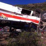 Camión con peregrinos cae a voladero; al menos 17 muertos