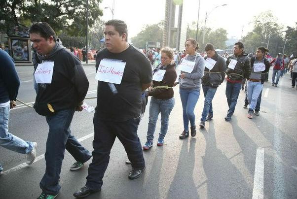 Maestros de la CNTE retienen a 12 presuntos infiltrados