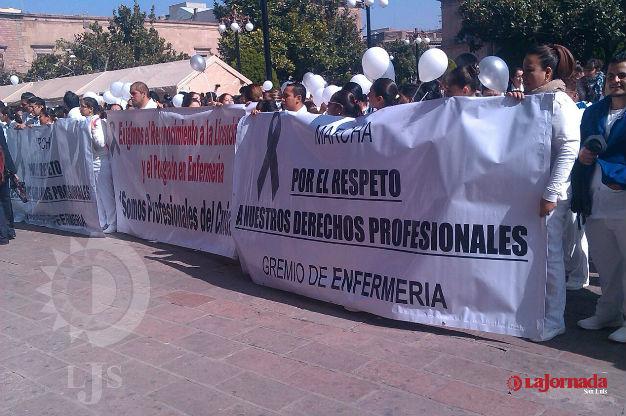 Marchan enfermeras y enfermeros en SL contra medidas adversas a su profesión