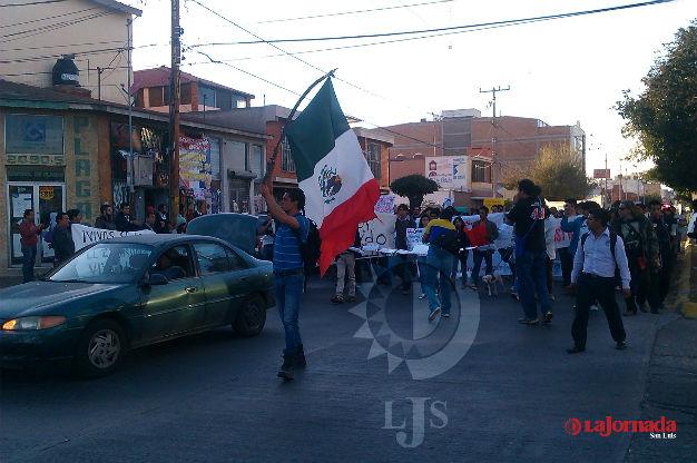 Marcha pro Ayotzinapa como parte de las acciones por este primero de Diciembre