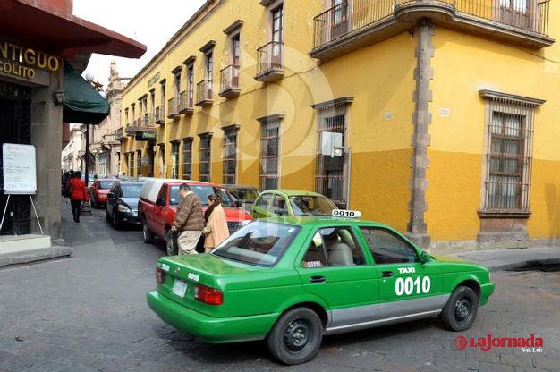 Advierte Joel González sobre falsas promesas de concesiones para taxi