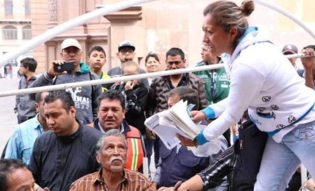 Luis Reyes (izquierda) del San Luis y Enrique Triverio del Querétaro disputan el balón durante el juego. Foto Jam Media